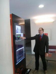 KTU EEF mokslininkai bei studentai sukūrė ir pristatė pirmąjį lietuvišką interaktyvų reklamos stendo prototipą